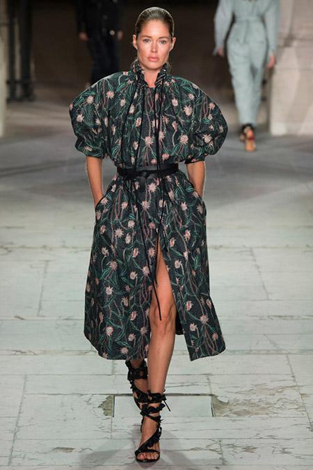 Модель в темном платье миди с рукавами колокольчиками от isabel marant