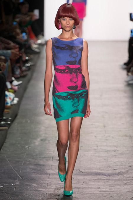 Модель в оригинальном платье футляр от jeremy scott