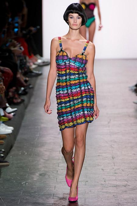 Модель в ярком платье на лямках от jeremy scott