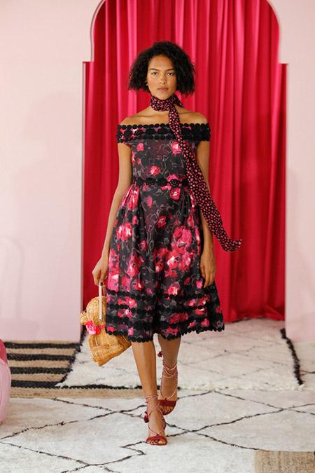 Модель в красивом платье со спущеными плечами от kate spade