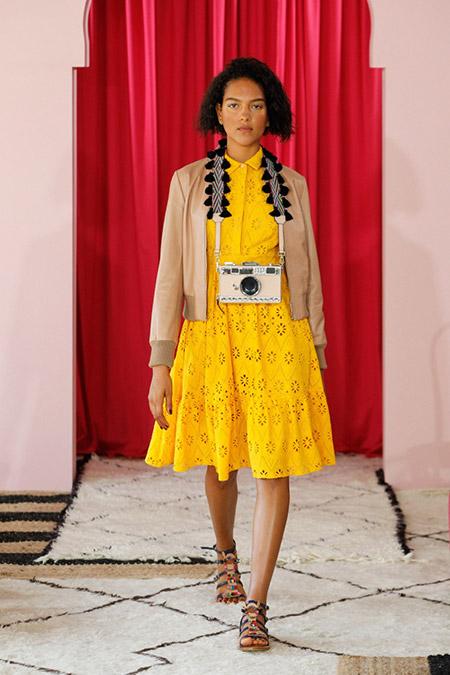 Модель в желтом платье миди от kate spade