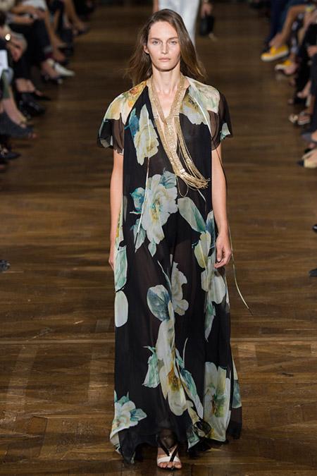 Модель в черном платье с большими цветами от lanvin