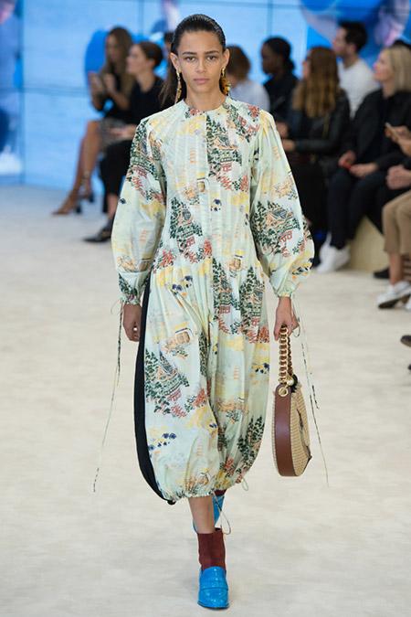 Модель в платье свободного кроя от loewe