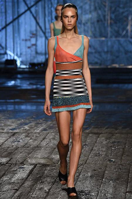 Модель в мини платье с декольте от missoni