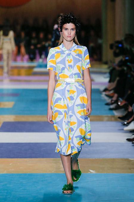 Модель в платье с короткими рукавами от miu miu