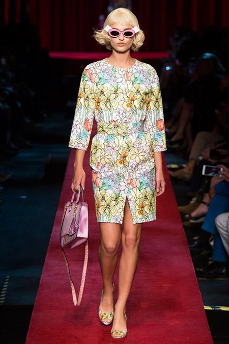 Модель в светлом цветочном платье от moscino