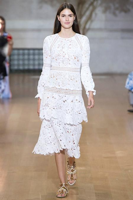 Модель в белом круженом платье от oscar de la renta
