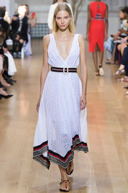 Модель в белом платье с поясом от oscar de la renta
