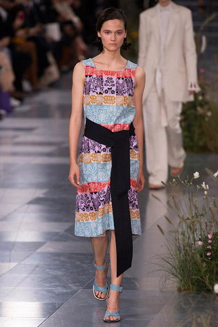 Модель в разноцветном платье с узорами и черным поясом от paul smith