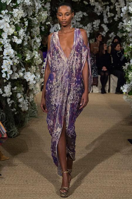 Модель в лиловом платье с глубоким декольте и открытыми плечами от ralph lauren