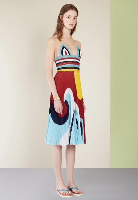 Модель в разноцветном сарафане от valentino