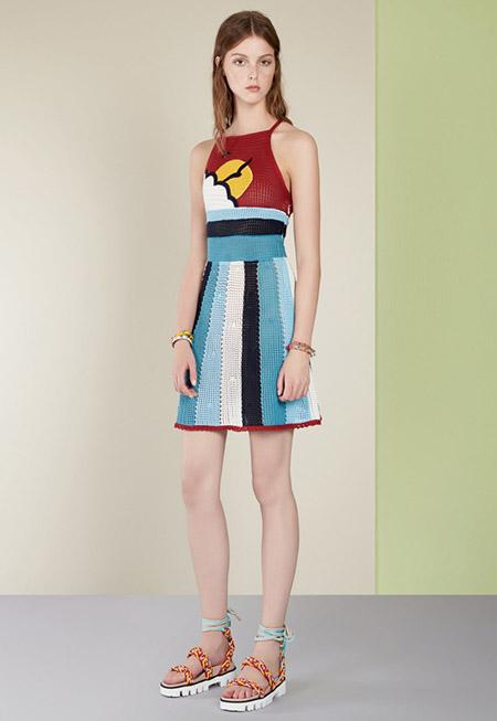 Модель в красно синем платье от valentino