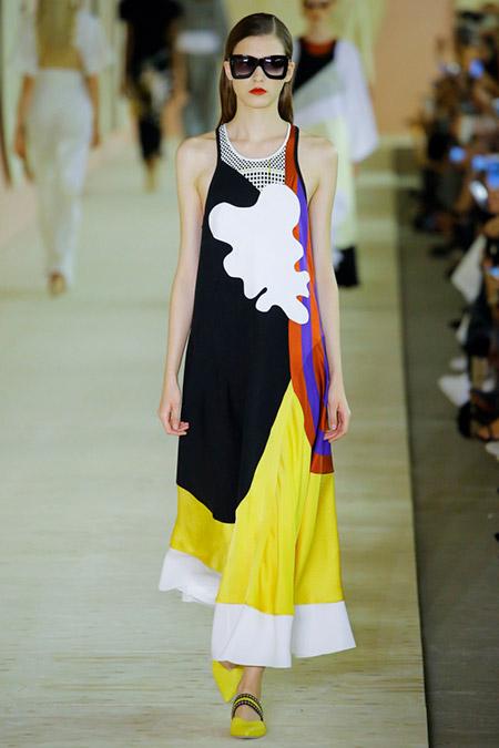 Модель в ярком длинном платье от roksanda