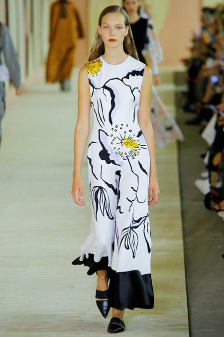 Модель в белом платье с черными узорами от roksanda