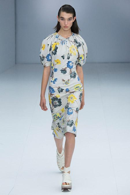 Модель в белом платье с голубыми и желтыми цветами от salvatore ferragamo