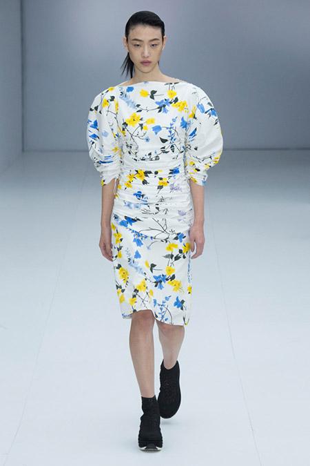 Модель в белом платье футляр от salvatore ferragamo