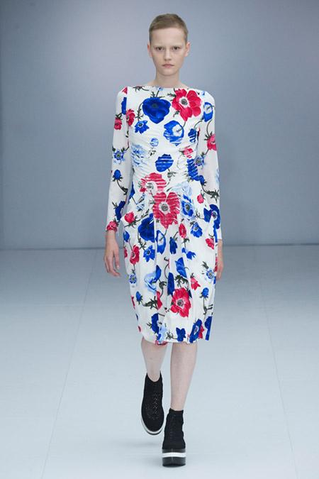 Модель в белом платье в сине-красные цветы от salvatore ferragamo