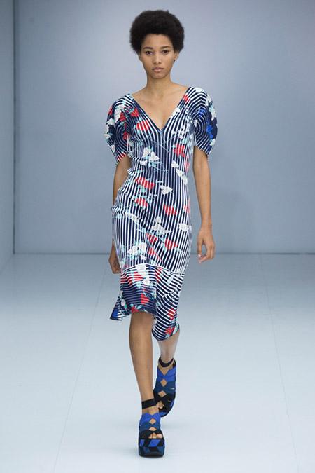 Модель в платье в вертикальную полоску от salvatore ferragamo