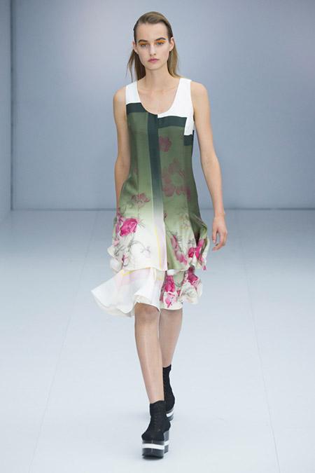 Модель в легком платье без рукавов от salvatore ferragamo