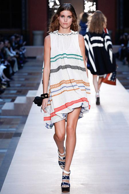 Модель в белом платье с разноцветными полосам от rykiel