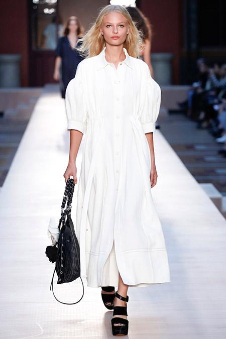 Модель в белом платье рубашка от sonia rykiel