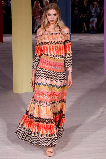 Модель в пестром платье макси от temperley london