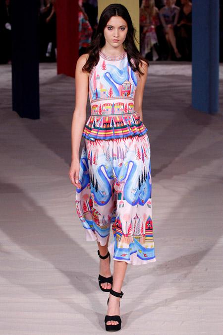 Модель в платье миди с баской от temperley london