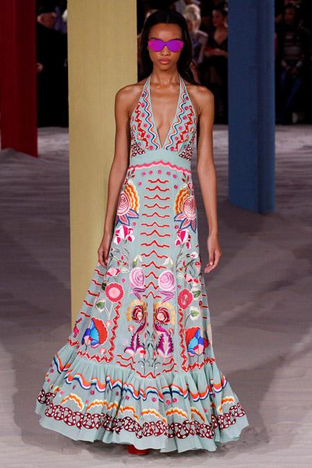 Модель в голубом платье с разноцвтыми узорами от temperley london
