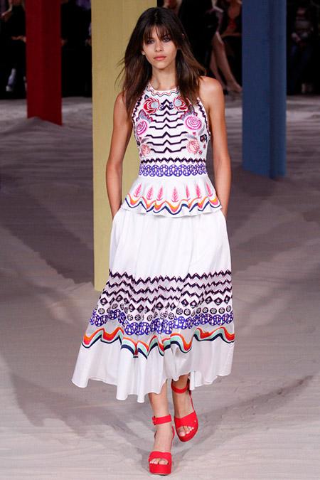 Модель в белом платье с принтом от temperley london