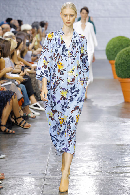 Модель в голубом платье с принтом от tibi