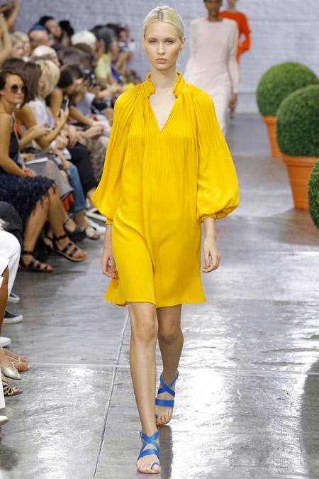 Модель в желтом просторном платье от tibi