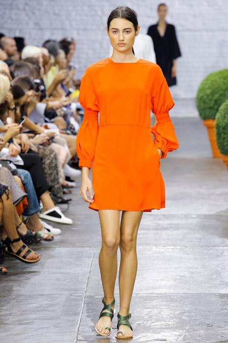 Модель в оранжевом платье от tibi