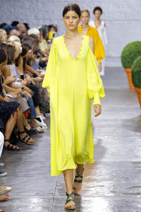 Модель в желтом платье свободного кроя от tibi