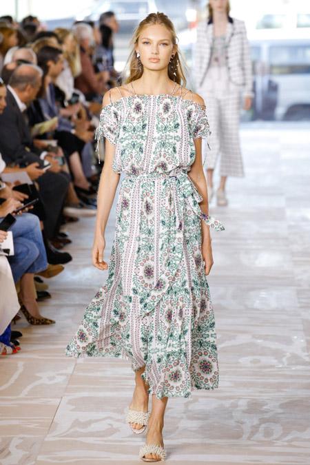 Модель в летнем платье от tory burch