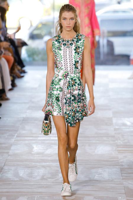 Модель в мини платье с зеленым принтом от tory burch