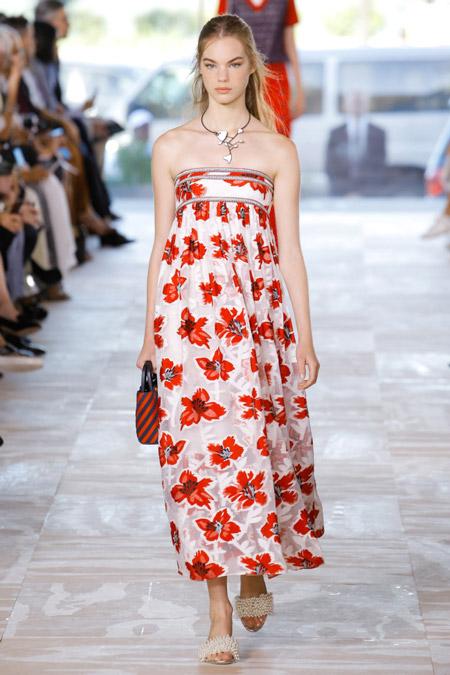Модель в платье с красными цветами с открытыми плечами от tory burch