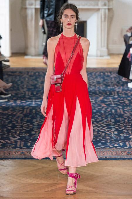 Модель в длинном красном платье от valentino