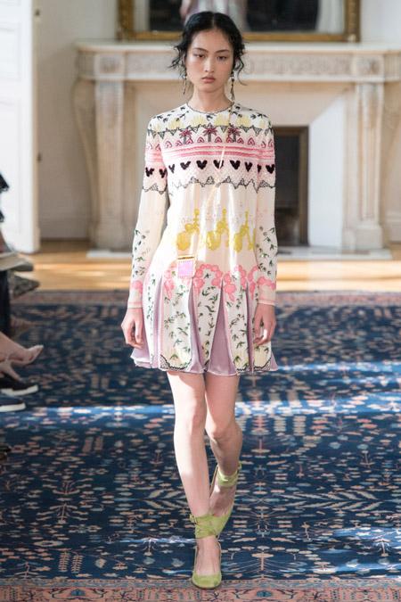 Модель в летнем платье с принтом
