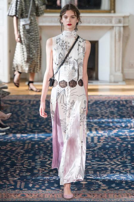 Модель в длинном платье прямого кроя от valentino
