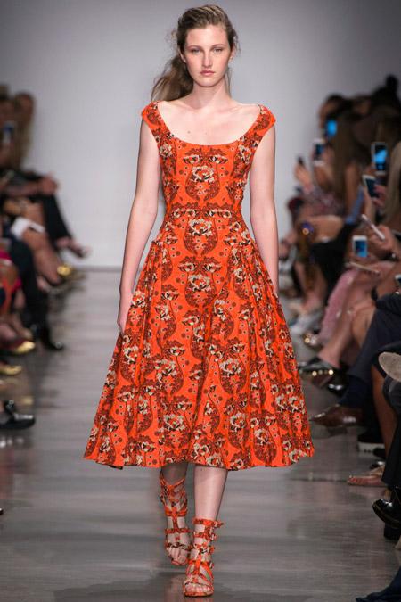 Модель в оранжевом платье с цветочным принтом от zac posen