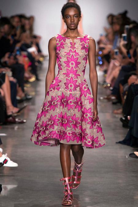 Модель в платье с фиолетовыми цветами от zac posen