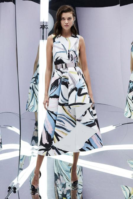 Модель в красивом платье миди от zuhair murad