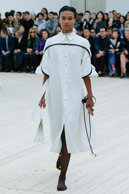 Модель в белом платье-рубашка от Сeline