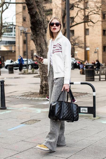 Модел в серых штанах и белая куртка, фото Sandra Semburg