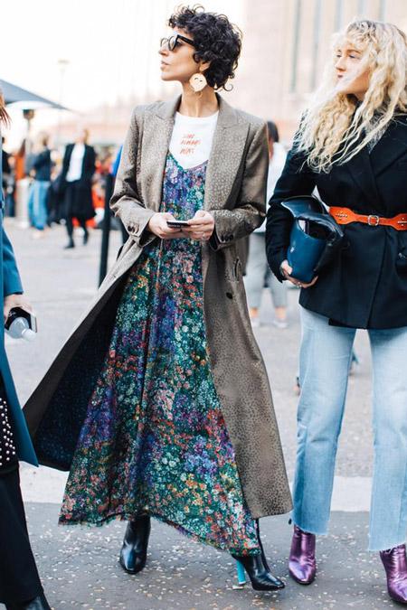 Модель в цветочном платье и серое пальто, фото Sandra Semburg