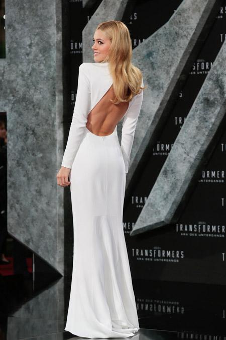 Никола Пельтц в белом вечернем платье с открытой спиной