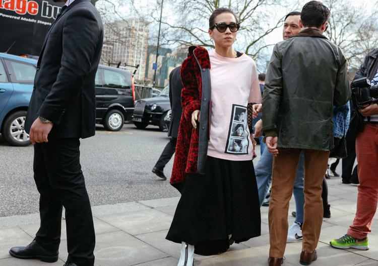 Olivia Kim в черной юбке, розовой футболке и красная шуба, фото Phil Oh