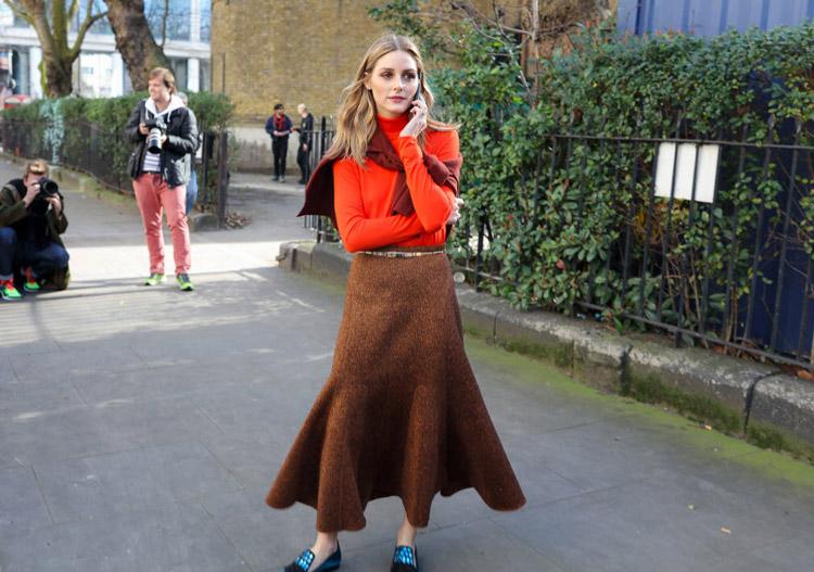 Olivia Palermo в коричневой юбке и оранжевой водолазке, фото Phil Oh