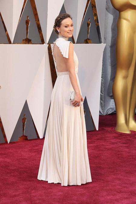 Оливия Уайлд в белом вечернем платье плиссе с открытой спиной