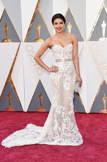 Приянка Чопра в прозрачном, белом вечернем платье